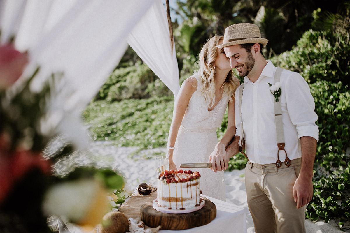 Anschneiden der Hochzeitstorte am Strand - Strandhochzeit Seychellen Hochzeitsfotograf © www.hochzeitslicht.de