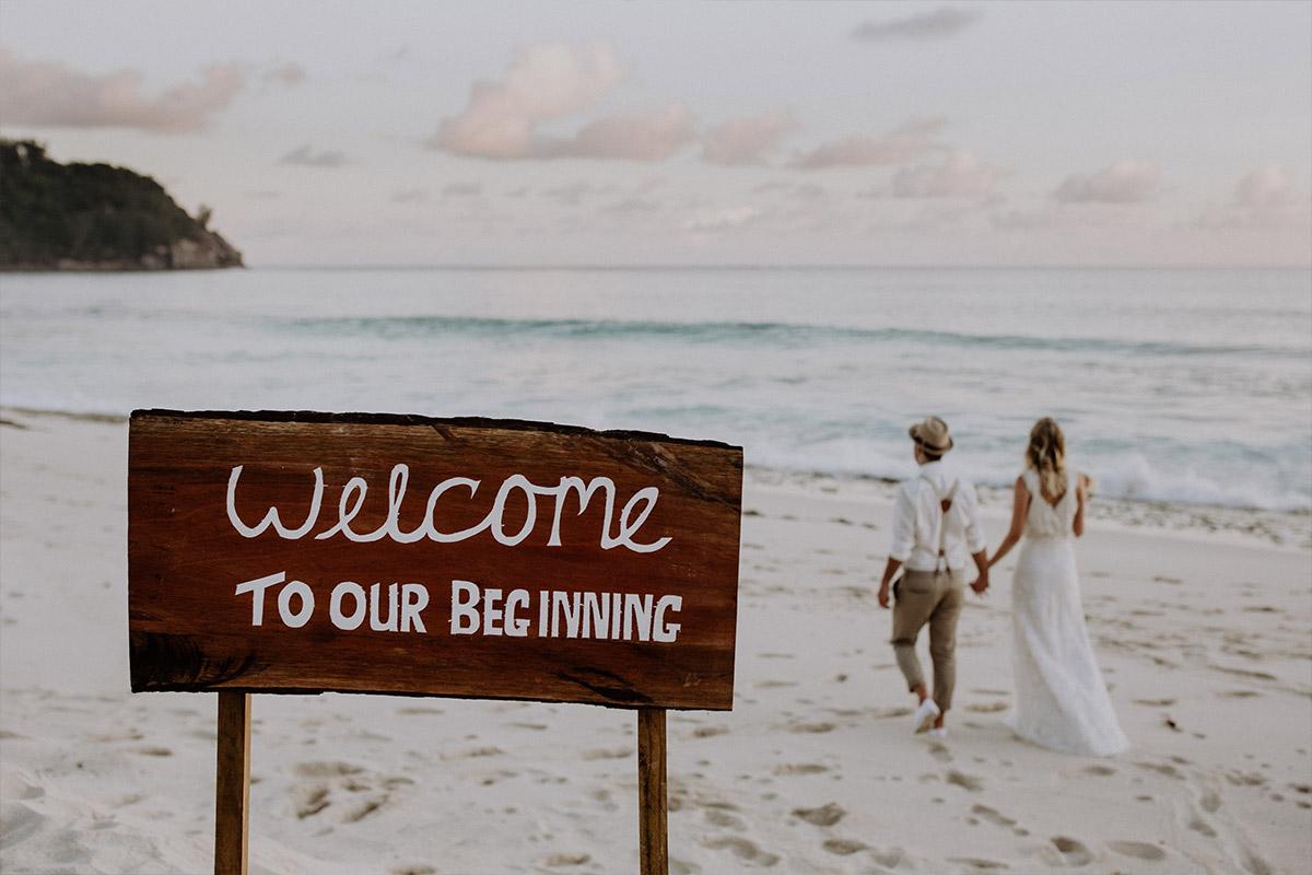 Strandspaziergang Brautpaar bei Elopement-Hochzeit - Strandhochzeit Seychellen Hochzeitsfotograf © www.hochzeitslicht.de