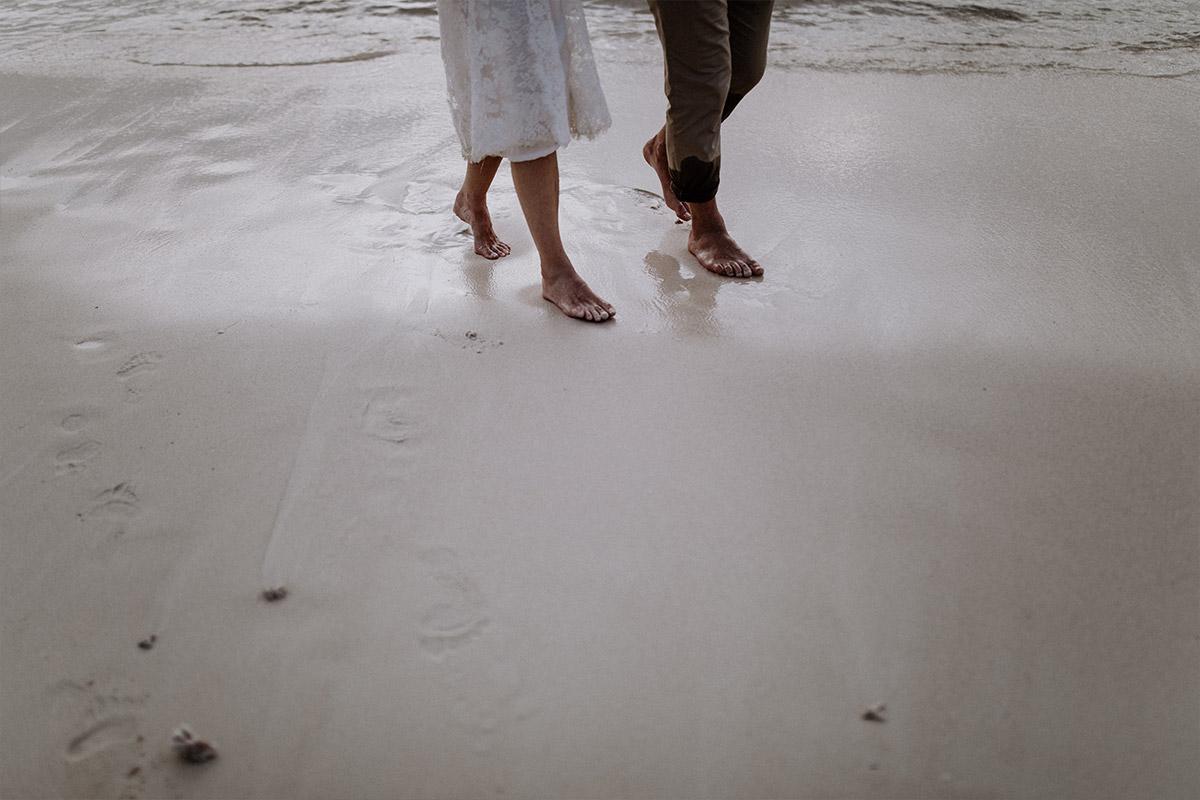 modernes Brautpaarfoto bei Elopement Hochzeit Seychellen - Strandhochzeit Seychellen Hochzeitsfotograf © www.hochzeitslicht.de