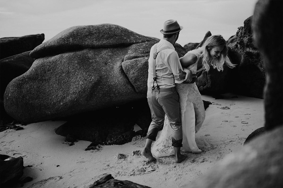verspieltes Brautpaarfoto am Strand - Strandhochzeit Seychellen Hochzeitsfotograf © www.hochzeitslicht.de