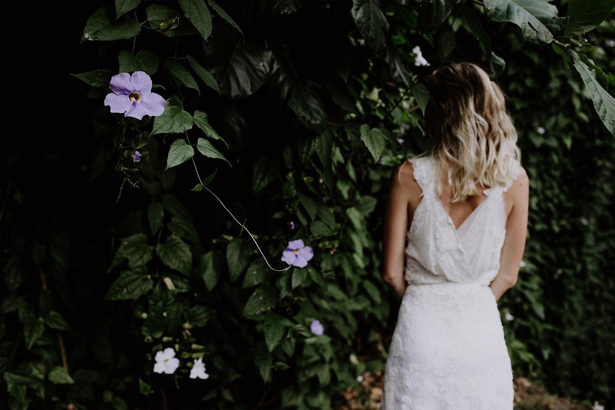 verträumtes Hochzeitsfoto der Braut mit exotischen Blumen - Strandhochzeit Seychellen Hochzeitsfotograf © www.hochzeitslicht.de