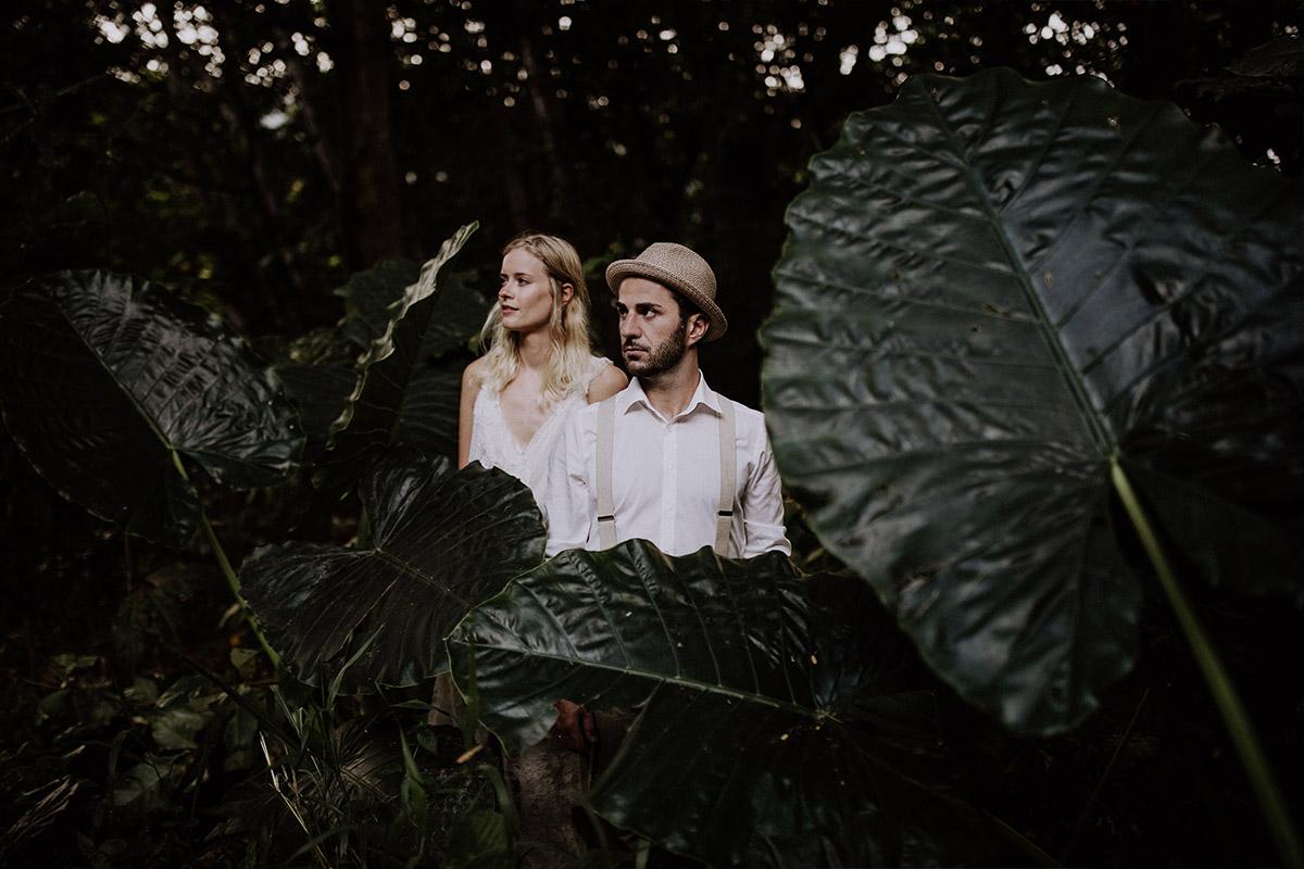 stimmungsvolles Brautpaarfoto im Dschungel - Strandhochzeit Seychellen Hochzeitsfotograf © www.hochzeitslicht.de