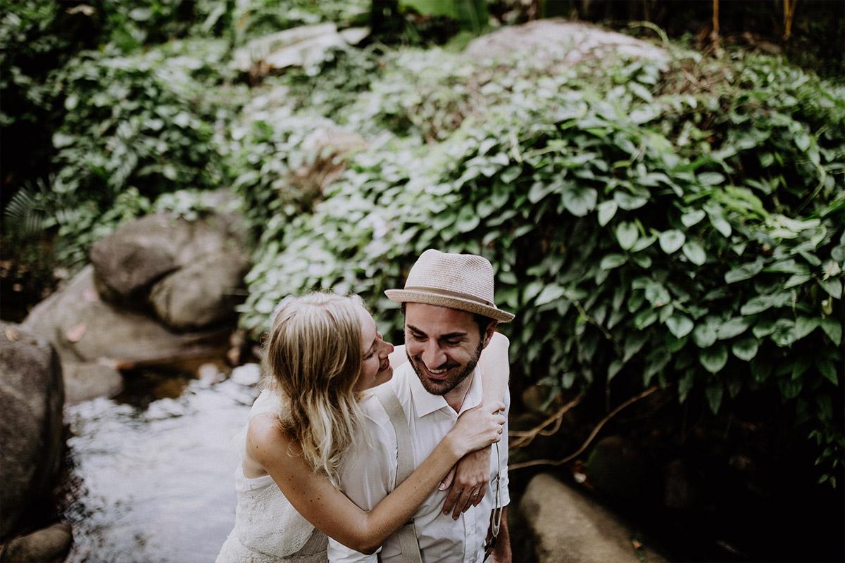 romantisches Brautpaarfoto an Dschungel-Fluss - Strandhochzeit Seychellen Hochzeitsfotograf © www.hochzeitslicht.de
