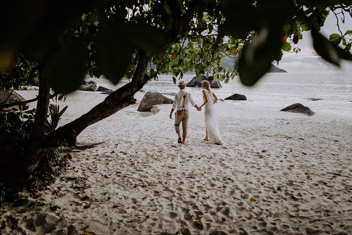Brautpaarfoto am Strand - Strandhochzeit Seychellen Hochzeitsfotograf © www.hochzeitslicht.de