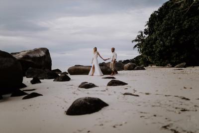 Hochzeits-Fotoshooting am Meer - Strandhochzeit Seychellen Hochzeitsfotograf © www.hochzeitslicht.de