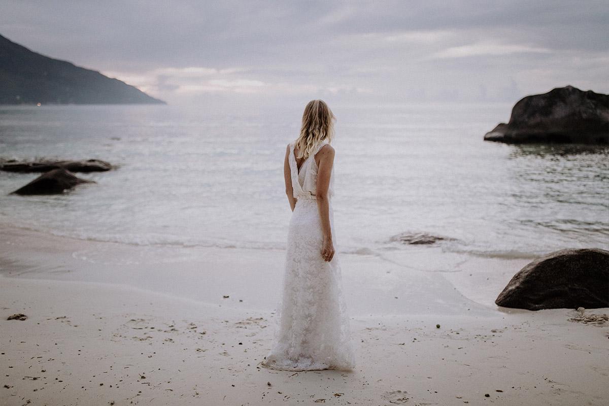 atmosphärisches Hochzeitsfoto Braut am Strand Seychellen - Strandhochzeit Seychellen Hochzeitsfotograf © www.hochzeitslicht.de