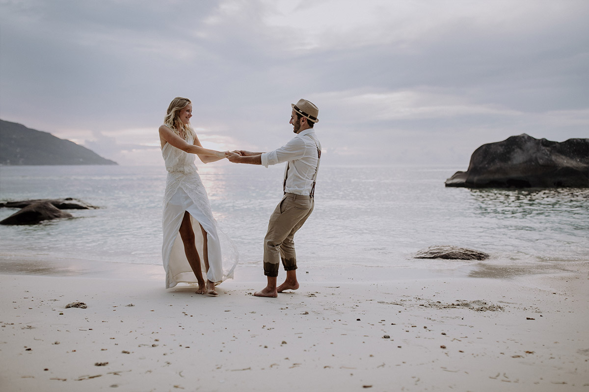 Brautpaarfoto am Indischen Ozean - Strandhochzeit Seychellen Hochzeitsfotograf © www.hochzeitslicht.de