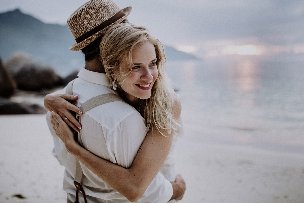 Braut umarmt Bräutigam bei Elopement-Hochzeit - Strandhochzeit Seychellen Hochzeitsfotograf © www.hochzeitslicht.de
