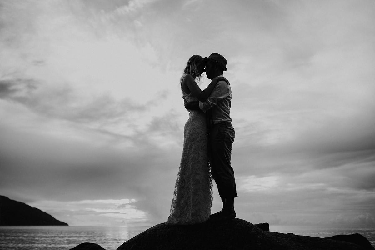stimmungsvolles Brautpaarfoto in Schwarz-Weiß - Strandhochzeit Seychellen Hochzeitsfotograf © www.hochzeitslicht.de