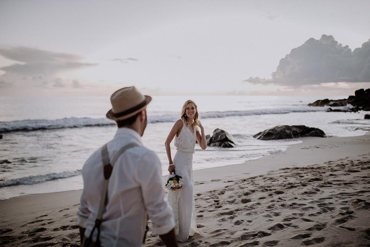 authentisches Brautpaarfoto am Strand - Strandhochzeit Seychellen Hochzeitsfotograf © www.hochzeitslicht.de