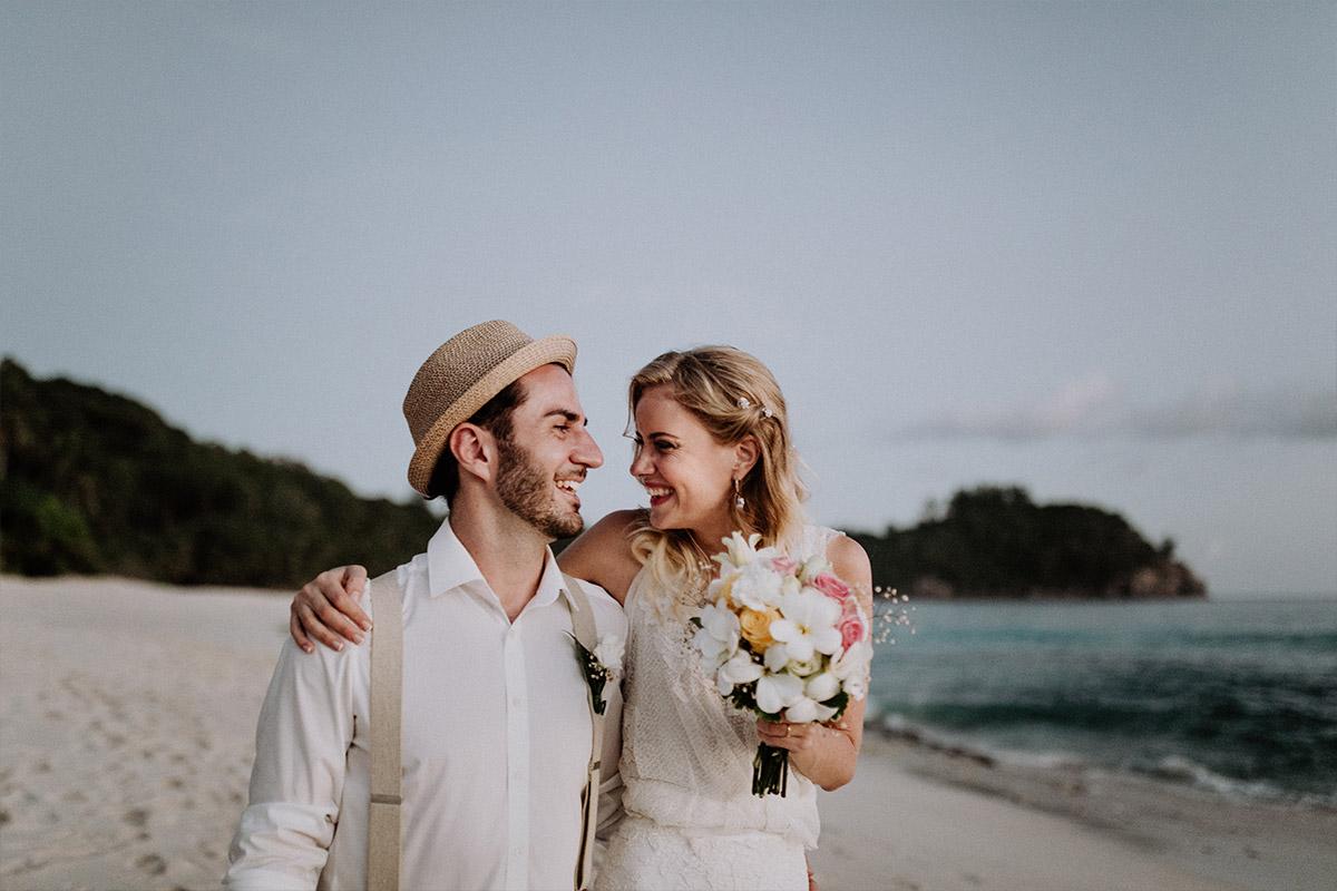 lachendes Brautpaar am Meer - Strandhochzeit Seychellen Hochzeitsfotograf © www.hochzeitslicht.de