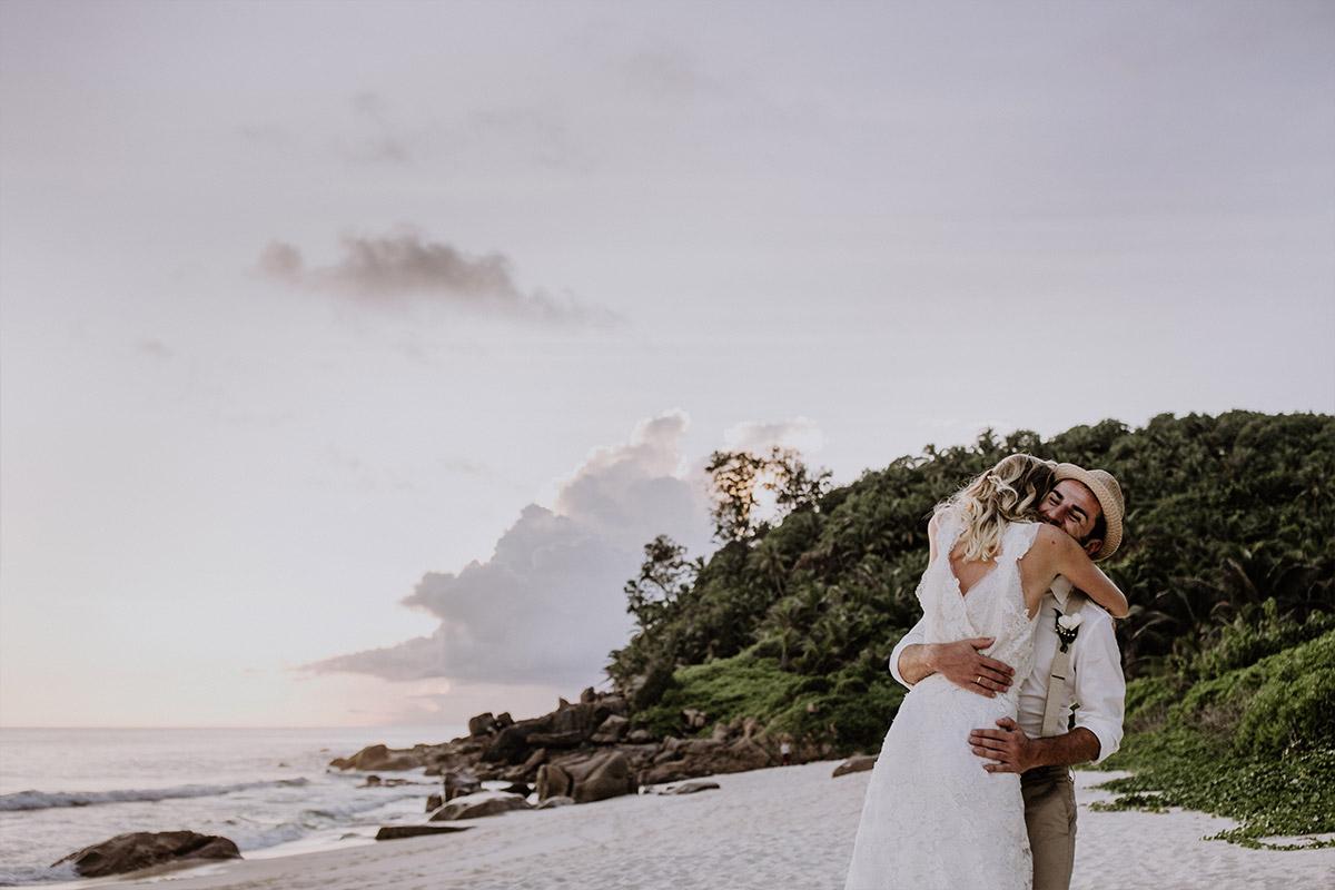 Hochzeitsfotografie von Brautpaar auf Seychellen - Strandhochzeit Seychellen Hochzeitsfotograf © www.hochzeitslicht.de