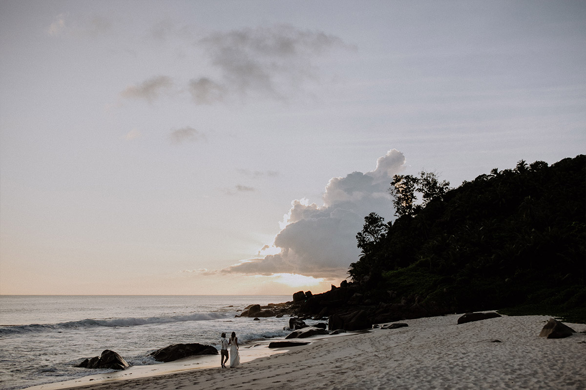Brautpaar bei Seychellen-Hochzeit - Strandhochzeit Seychellen Hochzeitsfotograf © www.hochzeitslicht.de