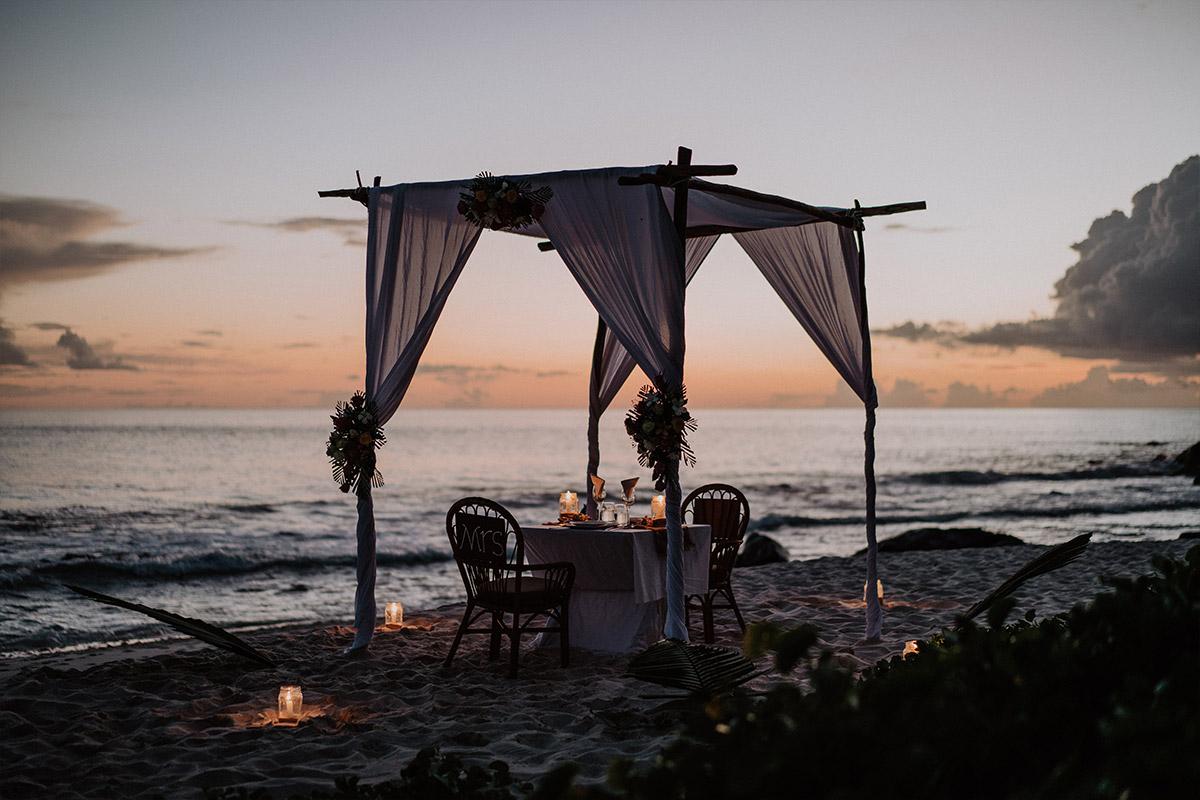 Dinner bei Kerzenschein am Strand - Strandhochzeit Seychellen Hochzeitsfotograf © www.hochzeitslicht.de