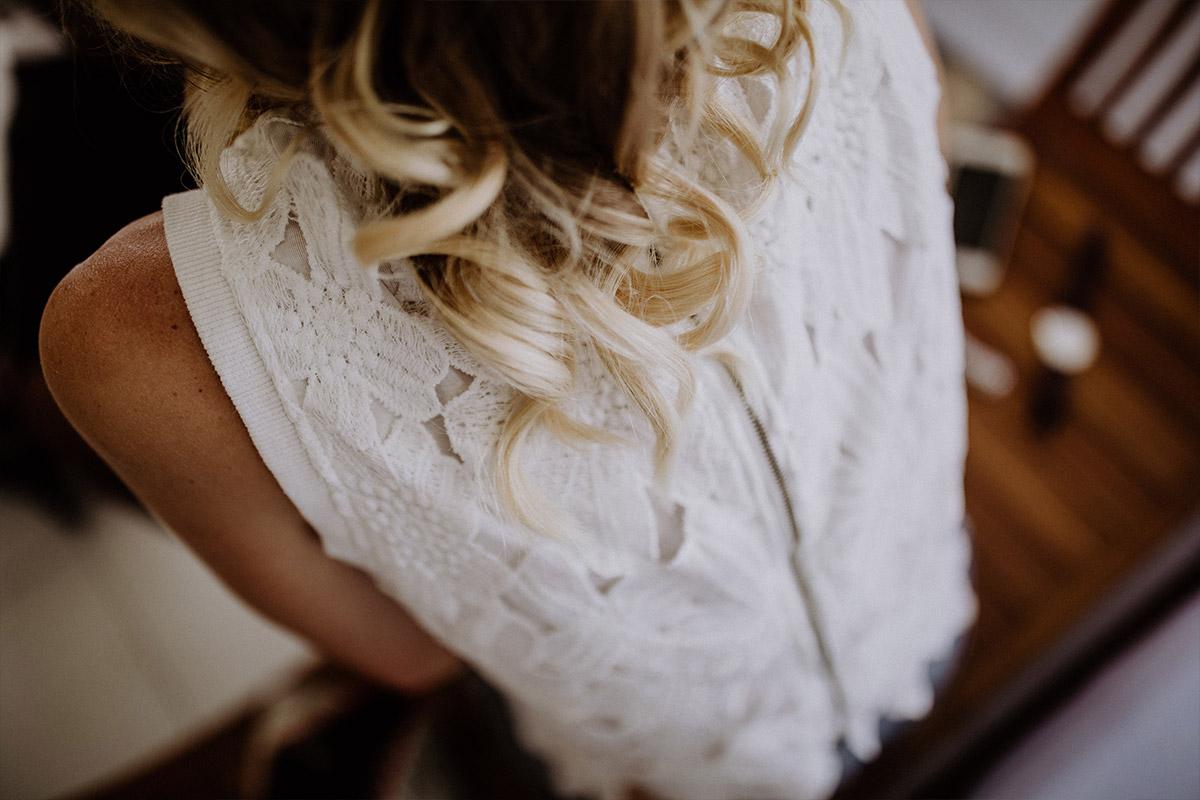 Rückausschnitt Spitzenkleid Braut - Strandhochzeit Seychellen Hochzeitsfotograf © www.hochzeitslicht.de