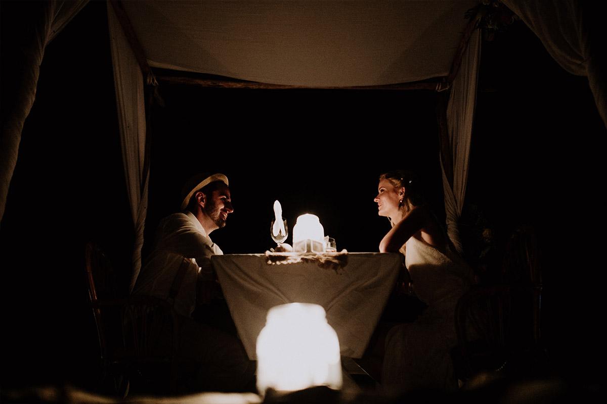 Brautpaar bei Candlelight Dinner am Strand - Strandhochzeit Seychellen Hochzeitsfotograf © www.hochzeitslicht.de