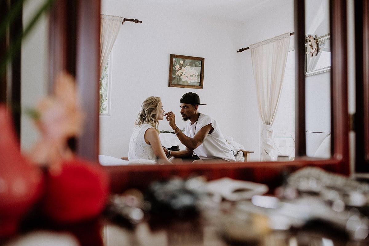 künstlerisches Hochzeitsfoto vom Styling der Braut - Strandhochzeit Seychellen Hochzeitsfotograf © www.hochzeitslicht.de