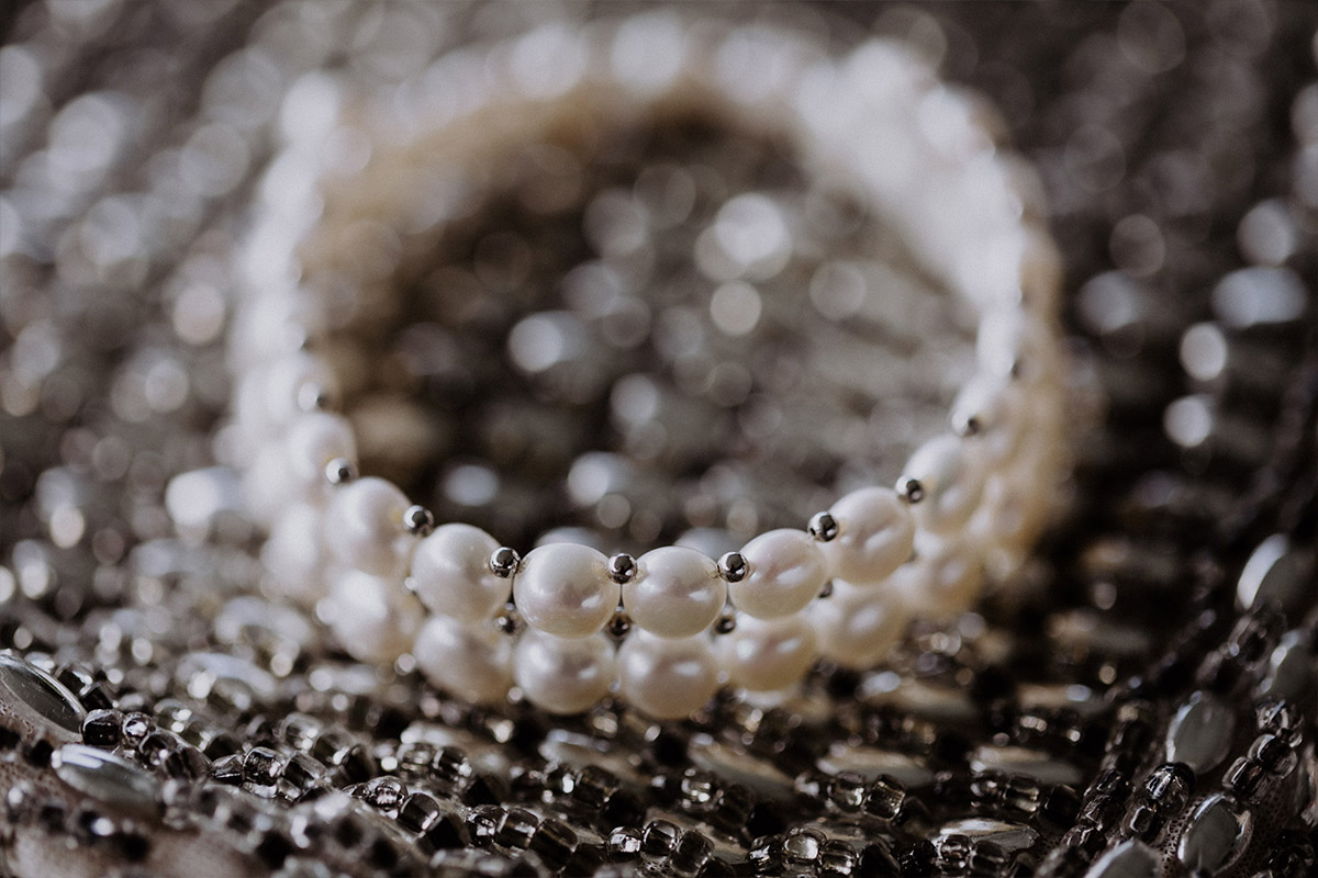 Perlenarmband Braut - Strandhochzeit Seychellen Hochzeitsfotograf © www.hochzeitslicht.de