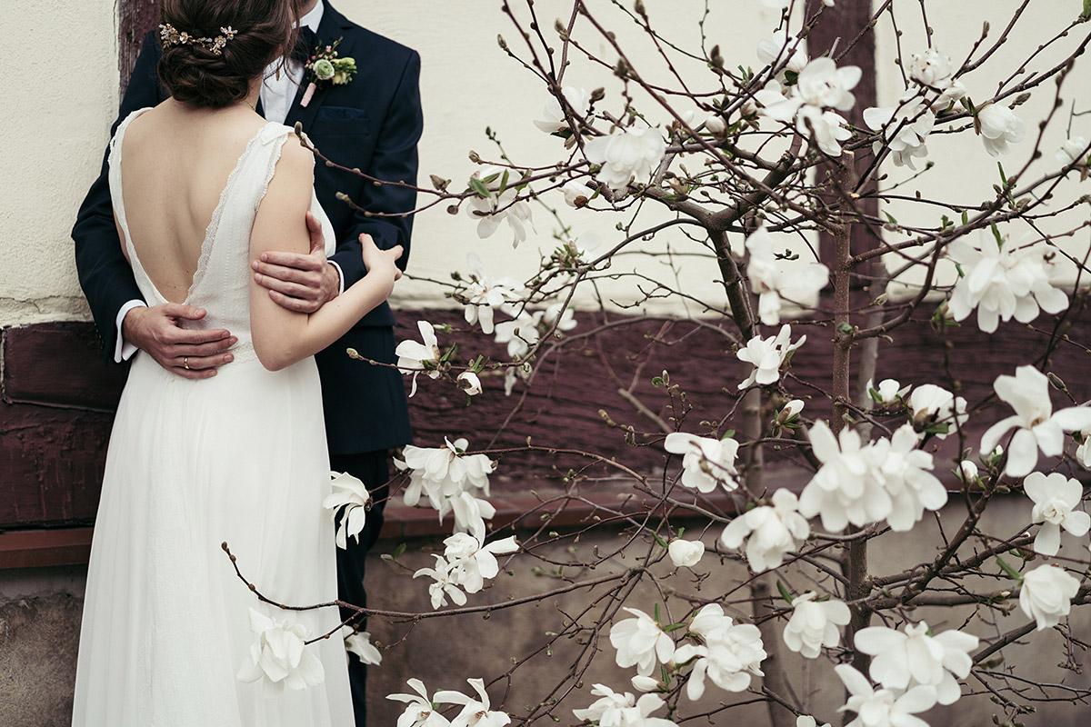 brautpaarfoto bei fr hlingshochzeit mit bl hender magnolie ferienscheune barnimer feldmark. Black Bedroom Furniture Sets. Home Design Ideas