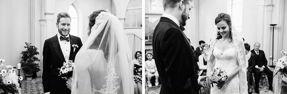 Hochzeitsfotografien von Brautpaar bei Trauung in Alter Neuendorfer Kirche Potsdam - Ermelerhaus Hochzeitsfotograf © www.hochzeitslicht.de