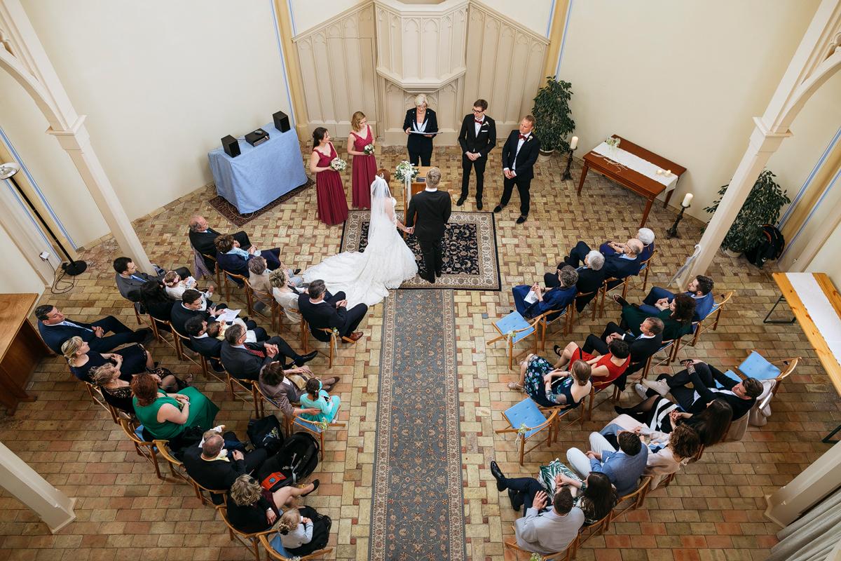 Hochzeitsfoto von Trauung in Alter Neuendorfer Kirche Potsdam - Ermelerhaus Hochzeitsfotograf © www.hochzeitslicht.de