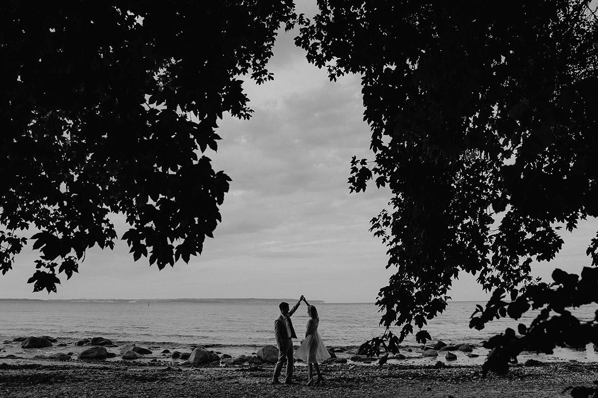 Braut und Bräutigam am Strand der Ostsee - Rügen Hochzeitsfotograf © www.hochzeitslicht.de