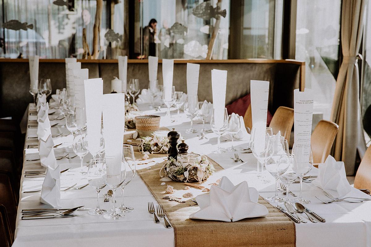 Hochzeitsreportagefoto von Tischdekoration bei eleganter ...