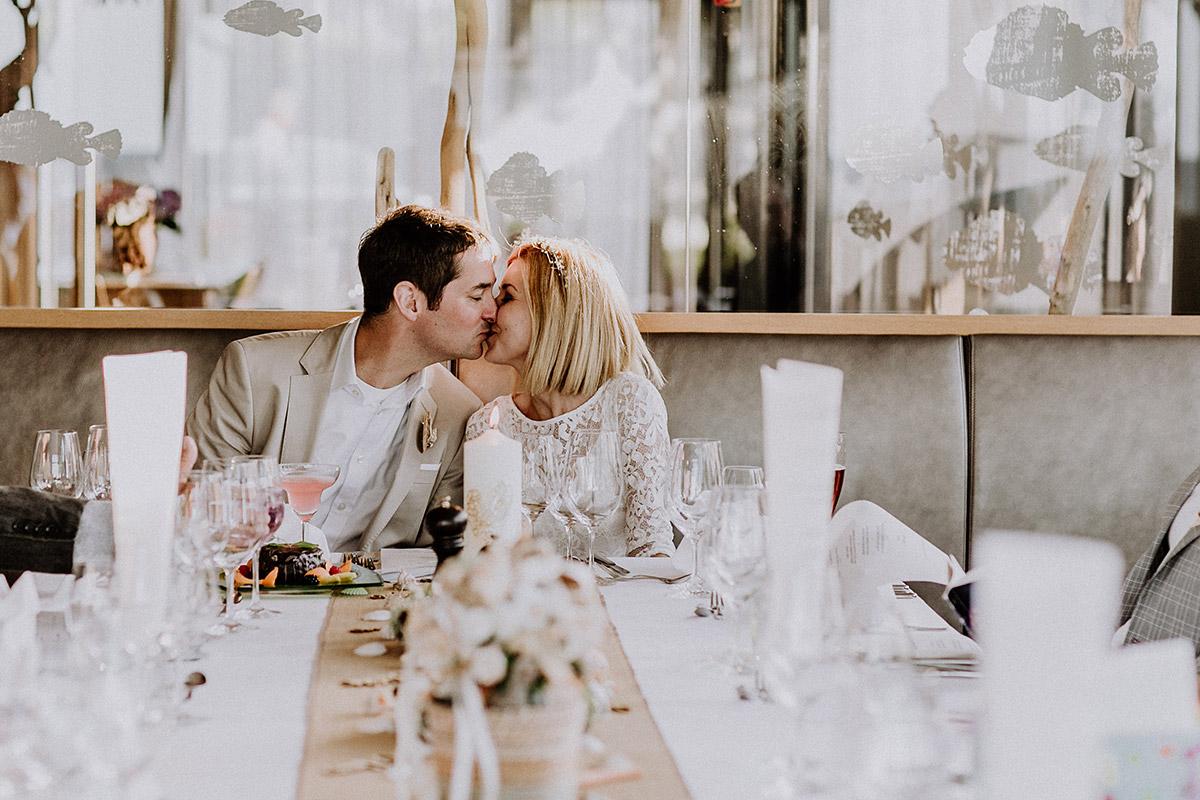 romantisches Reportagefoto von Brautpaar bei Hochzeitsfeier im Grand Hotel Binz - Rügen Hochzeitsfotograf © www.hochzeitslicht.de