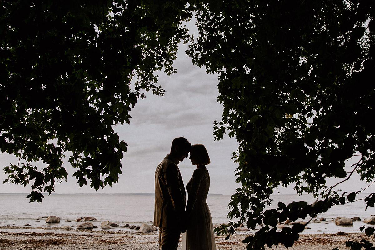 stimmungsvolles Brautpaarfoto am Strand - Rügen Hochzeitsfotograf © www.hochzeitslicht.de