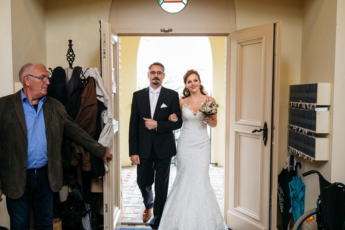 Einzug der Braut bei Trauung - Ermelerhaus Hochzeitsfotograf © www.hochzeitslicht.de