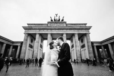 Brautpaarfoto am Brandenburger Tor bei Berlinhochzeit - Ermelerhaus Hochzeitsfotograf © www.hochzeitslicht.de