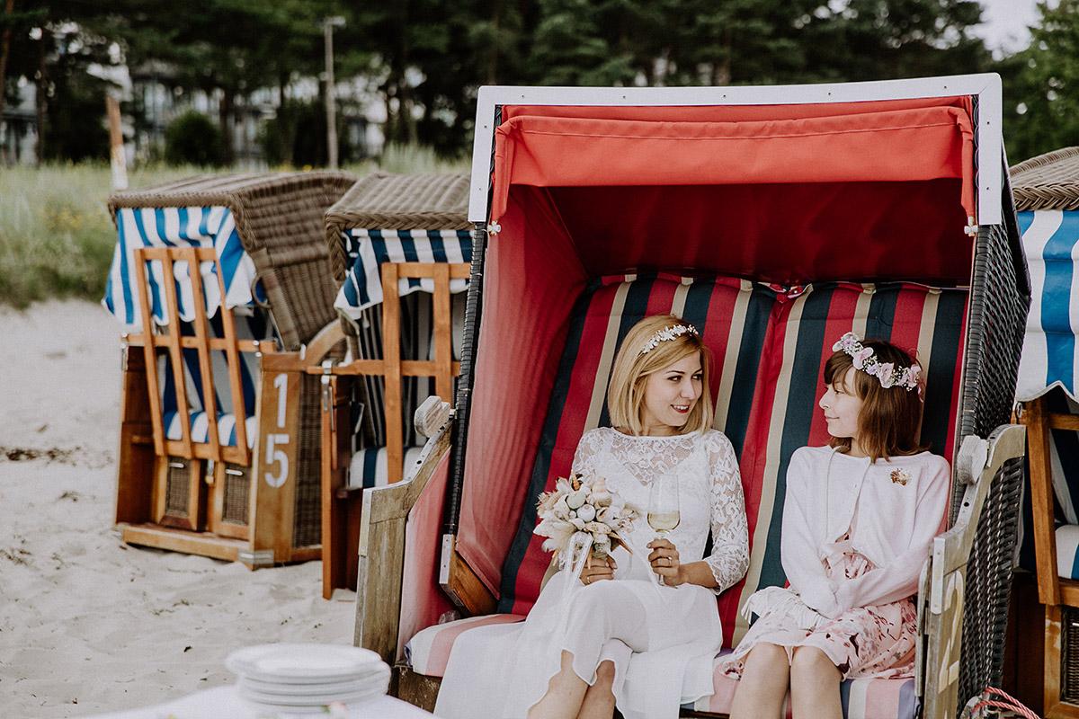 Braut mit Blumenmädchen im Strandkorb bei Strandhochzeit Ostsee - Rügen Hochzeitsfotograf © www.hochzeitslicht.de