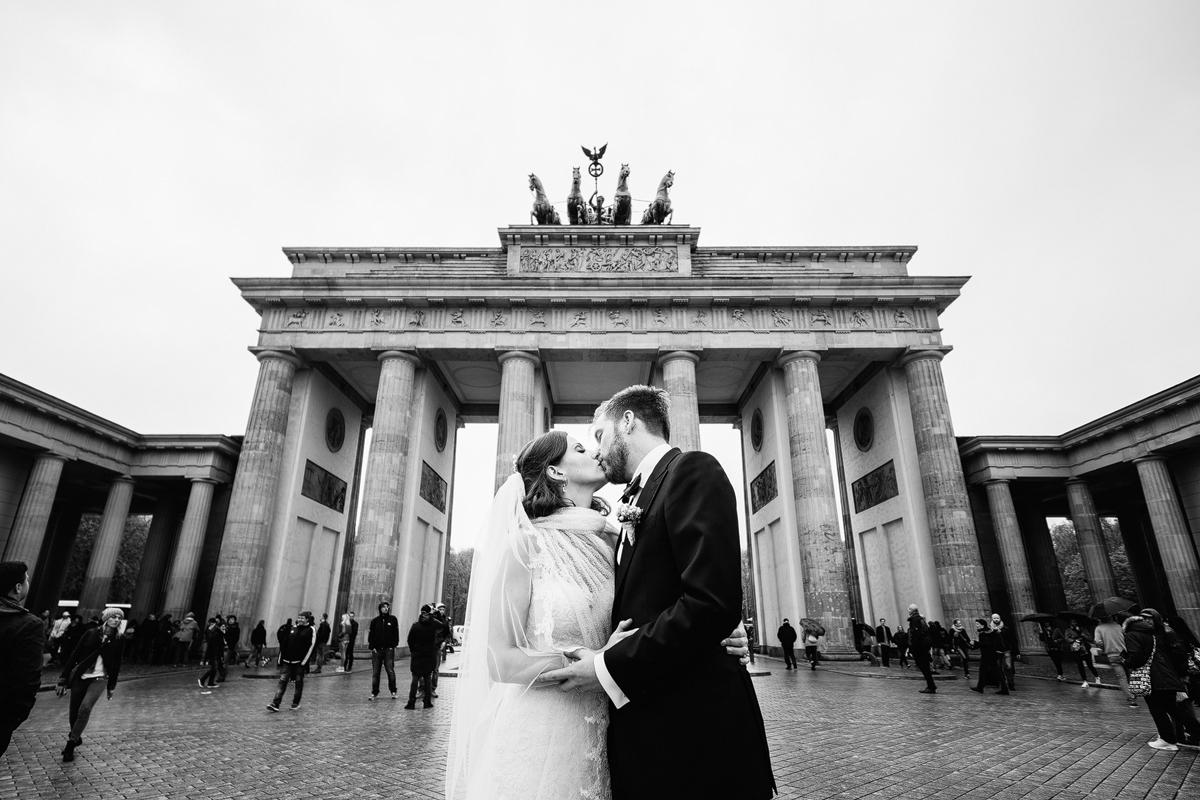 Brautpaarfoto vor Brandenburger Tor bei Hochzeit Berlin-Mitte - Ermelerhaus Hochzeitsfotograf © www.hochzeitslicht.de