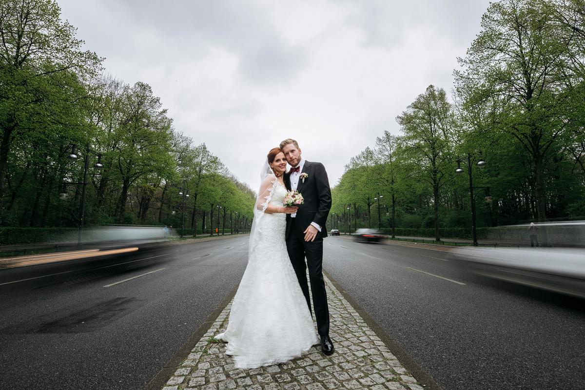 modernes Hochzeitsfoto Brautpaar Berlinhochzeit - Ermelerhaus Hochzeitsfotograf © www.hochzeitslicht.de