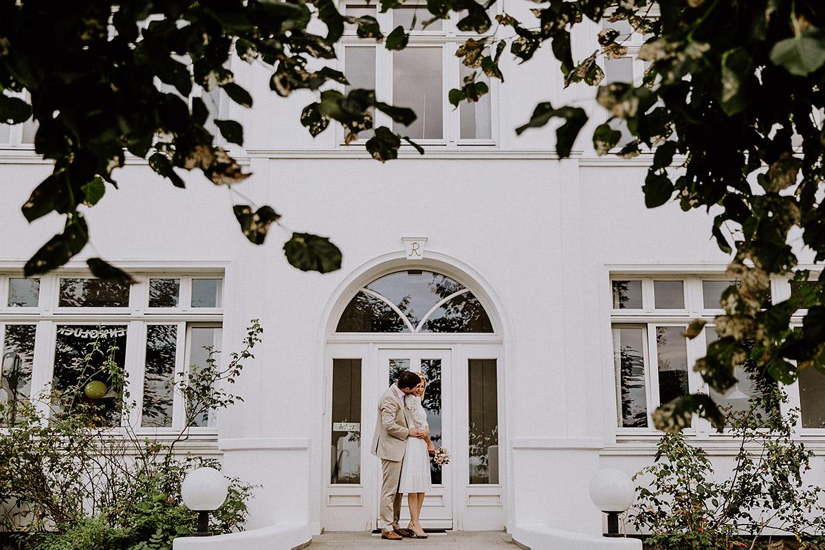 verliebtes Brautpaarfoto in Binz - Rügen Hochzeitsfotograf © www.hochzeitslicht.de