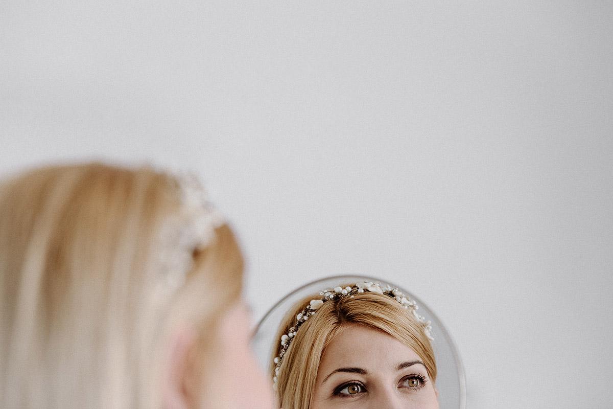 Vorbereitungen der Braut bei maritimer Hochzeit - Rügen Hochzeitsfotograf © www.hochzeitslicht.de