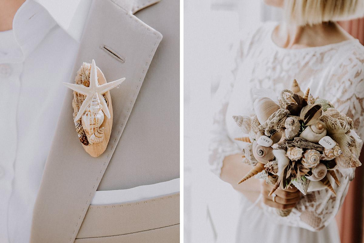 Detailfoto Brautstrauß aus Muscheln, Schnecken und Seesternen und Anstecksträußchen bei Strandhochzeit Ostsee - Rügen Hochzeitsfotograf © www.hochzeitslicht.de