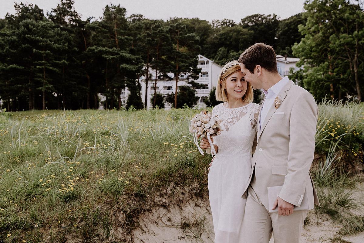 romantisches Brautpaarfoto bei Ostseehochzeit - Rügen Hochzeitsfotograf © www.hochzeitslicht.de