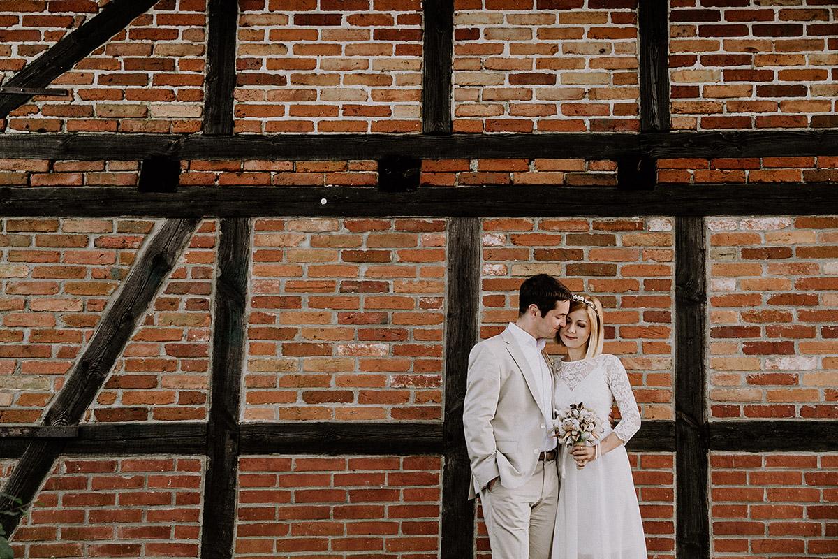 Hochzeitsfoto Brautpaar vor Fachwerkhaus bei Ostsee-Hochzeit - Rügen Hochzeitsfotograf © www.hochzeitslicht.de