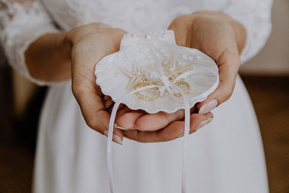 Hochzeitsfoto Ringschale Muschel mit Seesternen und Perle bei maritimer Hochzeit - Rügen Hochzeitsfotograf