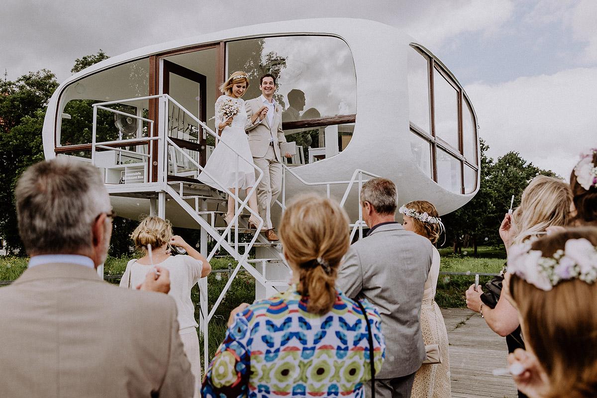Hochzeitsfoto Auszug Brautpaar nach Trauung im Müther-Turm Binz - Rügen Hochzeitsfotograf © www.hochzeitslicht.de
