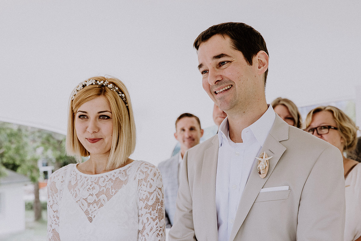 ungestelltes Foto von Brautpaar bei standesamtlicher Trauung Müther-Turm Binz - Rügen Hochzeitsfotograf © www.hochzeitslicht.de