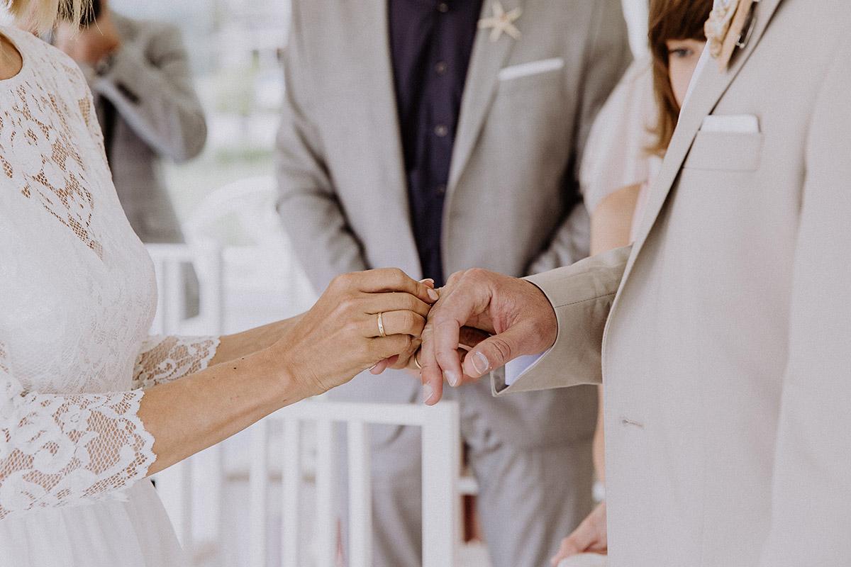 Hochzeitsfoto vom Ringtausch bei standesamtlicher Hochzeit Müther-Turm Binz- Rügen Hochzeitsfotograf © www.hochzeitslicht.de