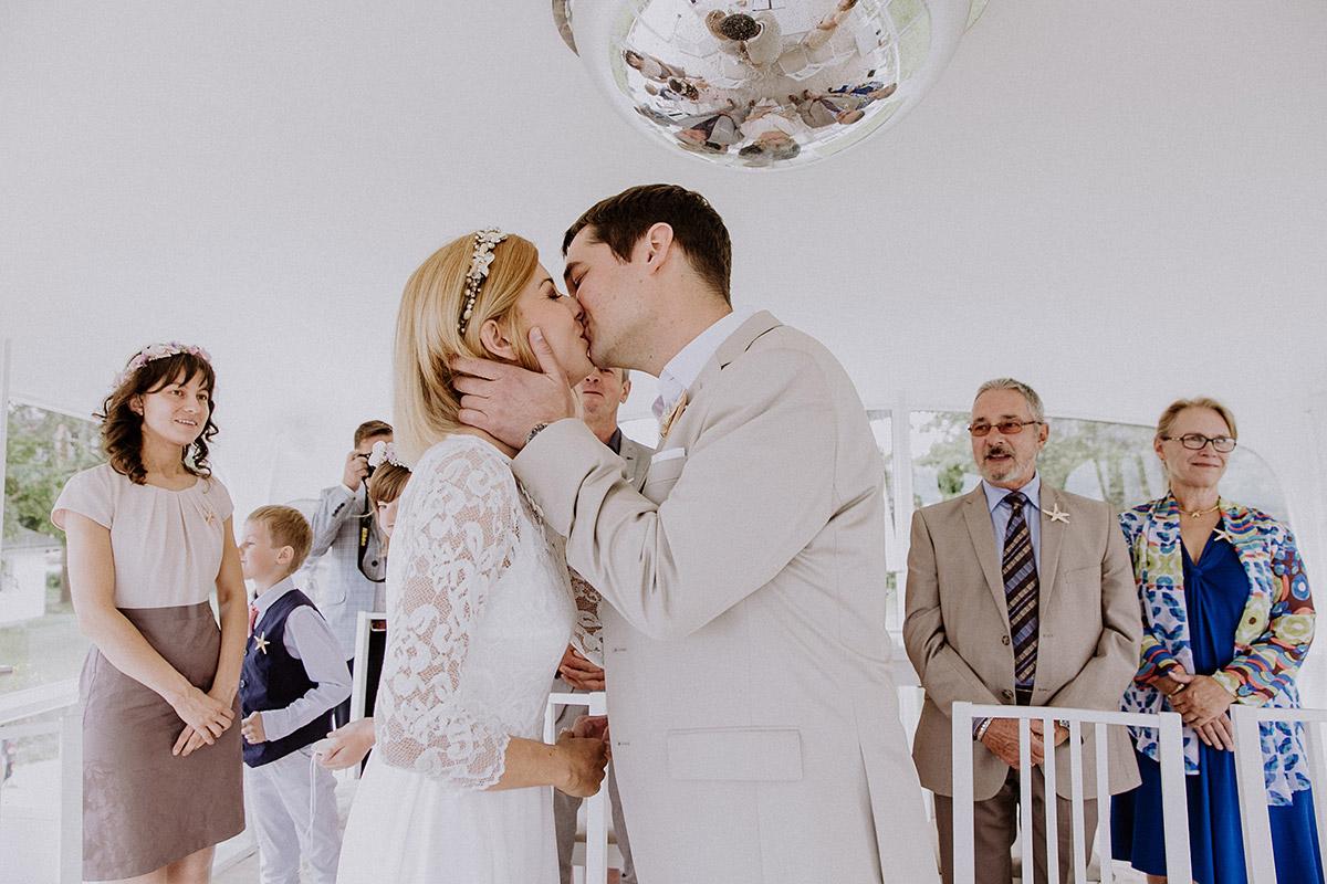 Kuss nach Ja-Wort bei Hochzeit Müther-Turm Binz - Rügen Hochzeitsfotograf © www.hochzeitslicht.de
