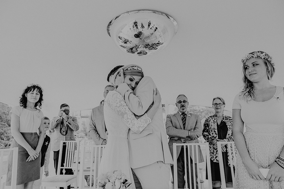 verträumtes Hochzeitsfoto von verliebtem Brautpaar bei Trauung im Müther-Turm - Rügen Hochzeitsfotograf © www.hochzeitslicht.de