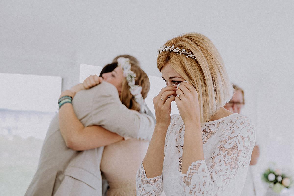 Hochzeitsreportagefoto von gerührter Braut bei Trauung im Rettungsturm Binz - Rügen Hochzeitsfotograf © www.hochzeitslicht.de