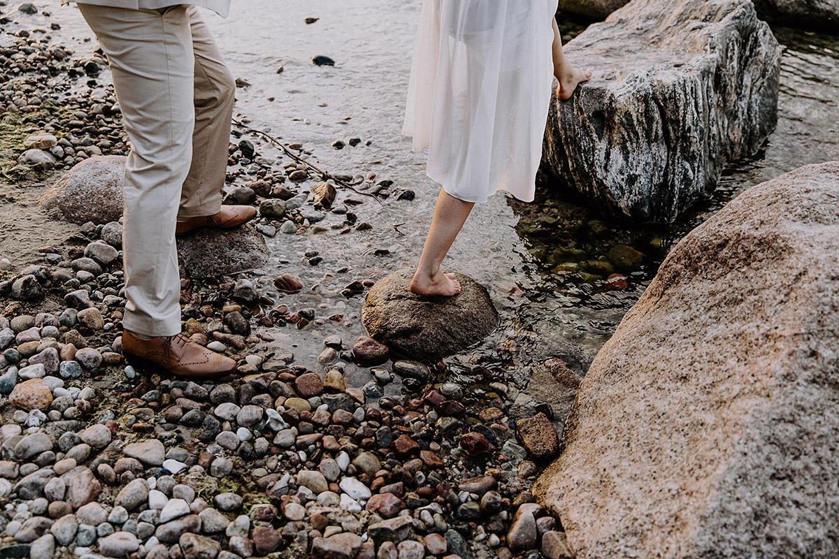 moderndes Brautpaarfoto am Strand - Rügen Hochzeitsfotograf © www.hochzeitslicht.de