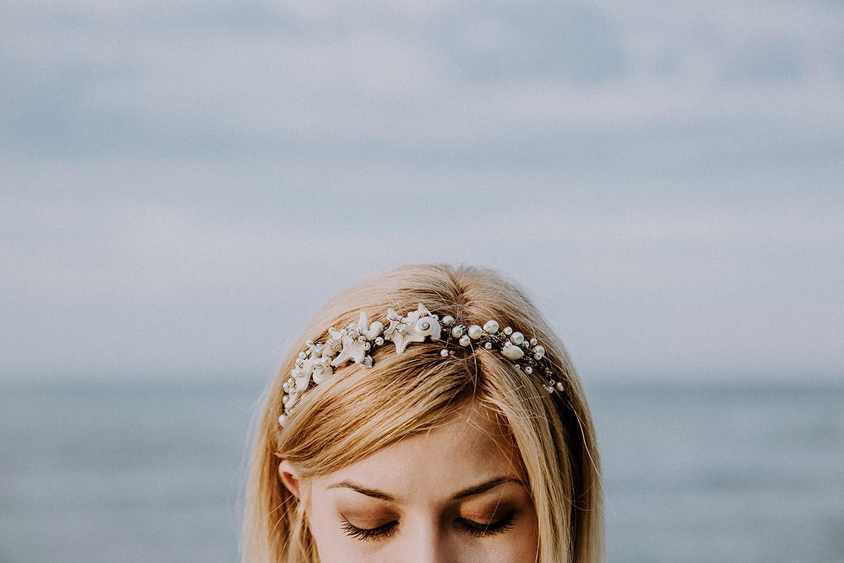 modernes Hochzeitsportrait der Braut mit maritimem Kopfschmuck aus Muscheln, Perlen und Seesternen - Rügen Hochzeitsfotograf © www.hochzeitslicht.de