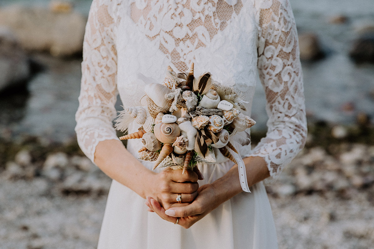 extravaganter Brautstrauß aus Muscheln, Schnecken, Seesternen und Steinen bei Ostseehochzeit - Rügen Hochzeitsfotograf © www.hochzeitslicht.de