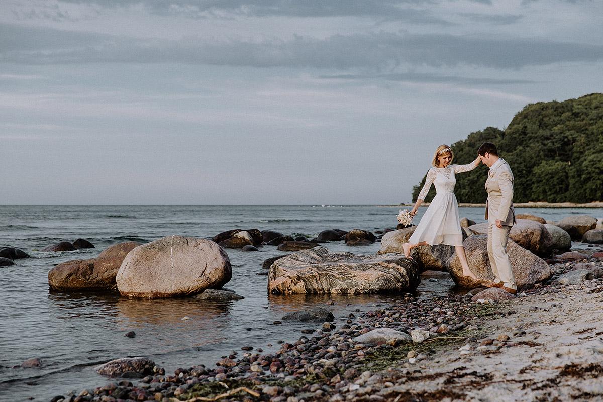 Brautpaar bei Strandspaziergang - Rügen Hochzeitsfotograf © www.hochzeitslicht.de